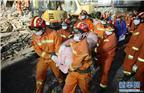 记者10月11日凌晨从温州市鹿城区相关部门获悉,鹿城区双屿街道民房倒塌现场救援工作已基本结束,目前事故共造成22死6伤。图为10月10日深夜,救援人员抬出遇难者遗体。
