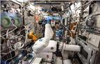 2013年8月6日,美国宇航局宇航员克里斯·卡西迪(Chris Cassidy)身穿遥控操作装置在国际空间站测试航天机器人Robonaut 2。