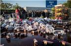 当地时间2017年4月20日,法国尼姆,酿酒商在当地超市外砸碎西班牙红酒,抗议廉价竞争。