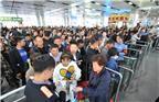 今年国庆假期与中秋小长假重叠,铁路客流以旅游和探亲流为主,假日期间旅客出行需求更加旺盛,客流将呈现出高度集中、高位运行的趋势。图为2017年9月28日,内蒙古包头,包头火车站迎来大量客流,客流约增长三成,铁路部门积极应对多措并举,方便旅客出行。