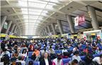 从车票发售情况看,假日期间,北京、哈尔滨、大连、西安、青岛、杭州、厦门、桂林、昆明等城市客流较为集中。图为2017年9月29日,北京火车南站,旅客在候车大厅等候乘车。据悉,国庆、中秋节前两天和节日前几天前往各地热点城市的火车票均已售罄。