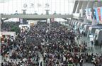 据新华网,为期11天的2017年国庆假期铁路旅客运输于9月28日正式启动,全国铁路预计发送旅客1.3亿人次。图为2017年9月30日,大批旅客在铁路杭州东站候车大厅候车。
