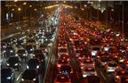 2017年9月27日夜,北京国贸桥晚高峰时路面出现严重拥堵,来往车辆蜗速前行。国庆节、中秋节在即,据北京市交通部门预测,9月27日起,北京将迎来一连四天的节前出行高峰,预计每天晚高峰将提前至14时,交通指数均会达到8.2以上,持续处于严重拥堵状态。