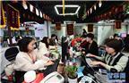"""2017年11月8日,在义乌国际商贸城,商家工作人员忙着接单。 """"双十一""""临近,浙江义乌国际商贸城的工作人员忙着接单、打包,为即将到来的网购热潮积极备战。"""