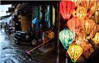 """当地时间2017年11月8日,越南会安,台风""""达维""""(Damrey)横扫越南,被联合国教科文组织列为世界遗产的会安古城被洪水淹没,民众出行困难。越南中央预防自然灾害指导委员会8日发布消息称,台风""""达维""""在越南已造成89人死亡,另有18人失踪。"""