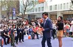 2017年11月5日,深圳,全球首家小米之家旗舰店在深圳万象天地正式开业。雷军在给米粉抽奖,并颁发奖品。