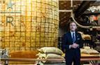 图为星巴克咖啡公司董事会执行主席霍华德•舒尔茨(Howard Schultz)亲临星巴克臻选上海烘焙工坊。