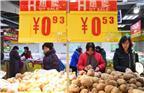 国家统计局9日发布2017年11月份全国居民消费价格指数(CPI)和工业生产者出厂价格指数(PPI)数据显示,CPI同比上涨1.7%。其中,城市上涨1.8%,农村上涨1.5%;食品价格下降1.1%,非食品价格上涨2.5%;消费品价格上涨0.9%,服务价格上涨3.1%。1-11月平均,CPI总水平比去年同期上涨1.5%。11月份,CPI环比持平。11月份,PPI同比上涨5.8%,环比上涨0.5%。1-11月平均,工业生产者出厂价格同比上涨6.4%,工业生产者购进价格同比上涨8.3%。