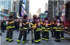 纽约警方表示,爆炸发生在早高峰时段,地点位于曼哈顿岛42街第八大道的纽约港务局巴士总站,距纽约时报广场不远。图为12月11日,美国纽约市曼哈顿,消防员在爆炸现场待命。