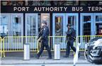 """12月11日,在美国纽约市曼哈顿,警察在爆炸现场附近的纽约港务局巴士总站前警戒。当日,美国纽约市曼哈顿中城发生爆炸,导致4人受伤,多条地铁公交线停运。纽约市长德布拉西奥说,这是""""一起未遂恐怖袭击""""。"""