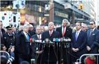 """纽约警察局局长詹姆斯·奥尼尔在发布会上说,当天7时20分左右,一名27岁男子在地铁站的地下通道行走时,身上的爆炸装置发生爆炸。爆炸装置为""""技术含量低""""的土制炸弹,是这名男子有意安装。爆炸发生后,该男子受重伤,他附近的3名路人受轻伤,目前伤者均无生命危险。图为12月11日,在美国纽约市曼哈顿,纽约警察局局长詹姆斯·奥尼尔(中)在爆炸现场附近举行的新闻发布会上讲话。"""