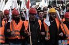 """有示威者认为,8年来紧缩换""""金援""""的政策让希腊民众苦不堪言。他们在对希腊近几届政府都不断重蹈向国际债权人的苛刻条件做出妥协的覆辙表示不满,也对国际债权人不愿减免希腊债务的做法感到愤愤不平。图为12月14日,希腊雅典,希腊全国举行24小时大罢工。"""