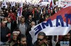 """当地时间2017年12月14日,希腊两大工会""""希腊全国公职协会""""和""""希腊全国劳工总会""""发起了24小时全国总罢工,抗议欧盟等国际债权人继续逼迫希腊实施财政紧缩。当日,有大约3万名以上两家工会的成员参加了在首都雅典举行的游行示威。中午12点过后,他们分为两路相继抵达了雅典市中心的宪法广场。"""