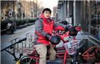 """2017年12月13日,天津,""""双十二""""刚过,快递员们又忙碌起来。这一天,王楠和他的同事们加班到夜里十点多。身着制服,骑着电动车穿梭在街头巷尾,让人难以想象,这位唐山小伙原来是微生物学的研究生。"""