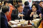 2017年12月14日,北京,正在中国访问的韩国总统文在寅及夫人金正淑在韩国驻华大使卢英敏的陪同下品尝中式早餐,与民众一起用早餐,文在寅点了油条、豆浆以及小笼包。
