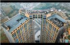 2017年12月13日,位于成都市龙泉驿区的师大现代花园一号楼,堪称四川最大、全国罕见的违建项目。其规划楼层32层,实际修建35层,违规多建了3层;规划层高为6米,违规将楼层高度一分为二,实际修建层高为3米;规划建筑面积3.4万平方米,而实际修建7.1万平方米,违规多建3.7万平方米。