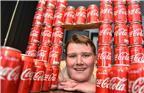 2017年12月13日报道,来自英国的21岁小哥Shane Tench经营着一家炸鱼薯条快餐店,由于工作环境和压力,Shane渐渐爱上了喝可乐解压,最夸张的一段时间每天要喝掉40罐可乐。而他的体重也有原本的95公斤飙升到203公斤。直到医生警告Shane再这样下去他可能会有生命危险,Shane才意识到问题的严重性,开始戒可乐,17个月后,他瘦了70公斤,身体慢慢恢复健康。
