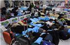 当地时间2018年1月12日,韩国济州,强暴风雪袭击济州导致多架航班取消及延误,乘客露宿机场,席地而睡。