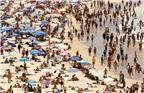 当地时间2018年1月7日,澳大利亚悉尼艳阳高照,遭遇遇史上罕见高温,民众纷纷来到海滩。据报道,在北半球经历严寒,迎接或准备迎接大雪的同时,南半球的澳大利亚却遭遇史上罕见的高温。上周末,从悉尼、墨尔本到阿德莱德,多地气温超过40摄氏度。其中悉尼最高气温更是达到47.3摄氏度,为1939年以来的最高气温。