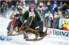 当地时间2018年1月6日,德国加尔米施-帕滕基兴,当地举办传统牛角雪橇大赛,选手在雪中飞驰竞速。