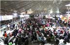 """每年的春运都是旅客最需要志愿者的时候,上海南站""""狮爱护平安,温暖回家路""""从2月1日~2月14日,每天19:00~21:00分,至今服务已经持续了第七个年头,由中国狮子联会浙江东方阳光队创队队长林虹女士发起。图为上海南站候客大厅。"""