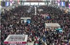2018年春运今天进入第11天。今天是农历腊月二十六,春节的脚步越来越近,节前客流高峰也已来临。今日,上海火车站、上海虹桥站、上海南站三大火车站迎来春运客流高峰。图为2018年2月11日,上海虹桥火车站候车室人山人海。