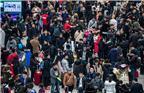 另据铁总预计,2月10日,全国铁路预计发送旅客990万人次。加上10日的预测数据,春运开启10天,全国铁路发送旅客的数量近9000万人次。图为2018年2月11日,上海虹桥火车站候车室人山人海。