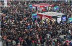 根据交通部10日发布的数据,春运前九日(2月1日-9日),全国铁路、道路、水路、民航共累计发送旅客6.53亿人次,其中铁路发送旅客最多,达到7939.8万人次。图为2018年2月11日,上海虹桥火车站候车室人山人海。