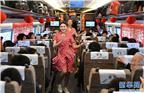 """图为2月13日,文艺小分队的队员在G13次""""复兴号""""列车上表演舞蹈。新华社记者 张晨霖 摄"""