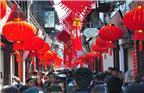 2018年2月13日,农历腊月二十八,上海七宝老街红灯笼高挂,充满了浓郁的祥和气氛,喜迎农历狗年春节到来。