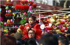 图为春节到夫子庙买花灯的人。