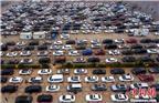 图为2月22日,航拍海口市新海港码头数千辆排队等待过海的滞留车辆。中新社记者 骆云飞 摄