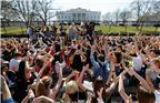 当地时间2018年2月21日,来自哥伦比亚特区、马里兰州和弗吉尼亚州等地的学生在华盛顿游行示威,要求控枪。美国佛罗里达州帕克兰的玛乔丽·斯通曼·道格拉斯高中14日发生校园枪击案,造成17人死亡,14人受伤。