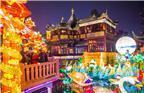 上海,2018豫园狗年灯会在2月初正式亮灯,吸引了众多游客和市民前往观赏。