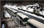 2018年3月5日,四川阿坝九寨沟,百台旅游观光车将接送游客。