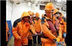科考队员在舯部甲板布放CTD(海水温盐深剖面仪)采水作业前进行系安全绳培训(3月2日摄)。新华社记者白国龙 摄
