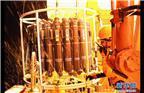 科考队员进行舯部甲板布放CTD(海水温盐深剖面仪)采水作业(3月2日摄)。新华社记者白国龙 摄