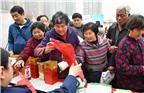 """2018年3月15日,安徽亳州,市民在魏武广场""""3.15""""消费维权宣传咨询台前了解消费维权知识。"""