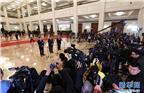 """3月20日,十三届全国人大一次会议在北京人民大会堂举行闭幕会。这是全国人大代表李书福、肖伟、杨伟在""""代表通道""""接受采访。 新华社记者杨宗友 摄"""