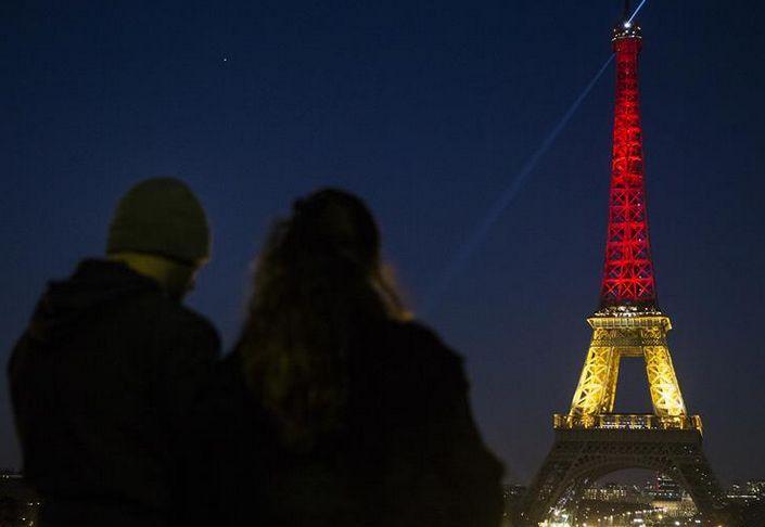 埃菲尔铁塔亮起比利时国旗色