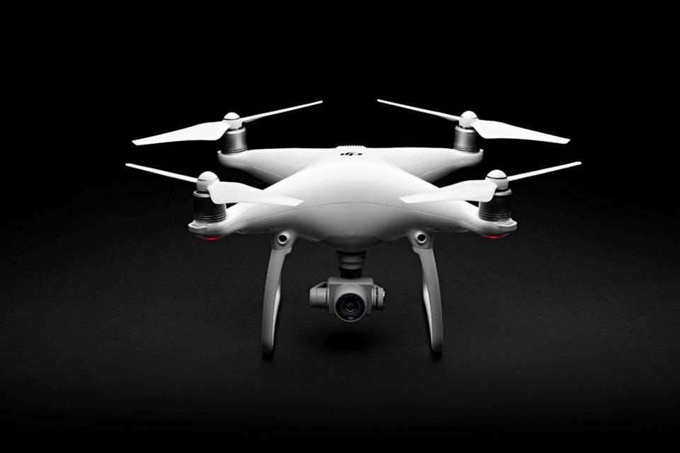 """大疆无人机精灵4 大疆创始人、CEO汪滔说:""""精灵4让初学者也可以自如操控无人机,将用户从繁琐操作中解放出来,专注于航拍。"""" 此外,精灵4优化了电机效率、电源管理系统,全新的智能电池容量达到5350 mAh,并增加了飞行时间,精灵4最多可飞行28分钟。 据悉,精灵4在中国大陆地区的官方售价为8999元人民币。目前,大疆官方自营渠道以及Apple官网商城和Apple Store零售店将开始接受精灵4的预订,3月15日起上述渠道开始发货。大疆各授权经销商将于4月1日起开始对外发货。"""