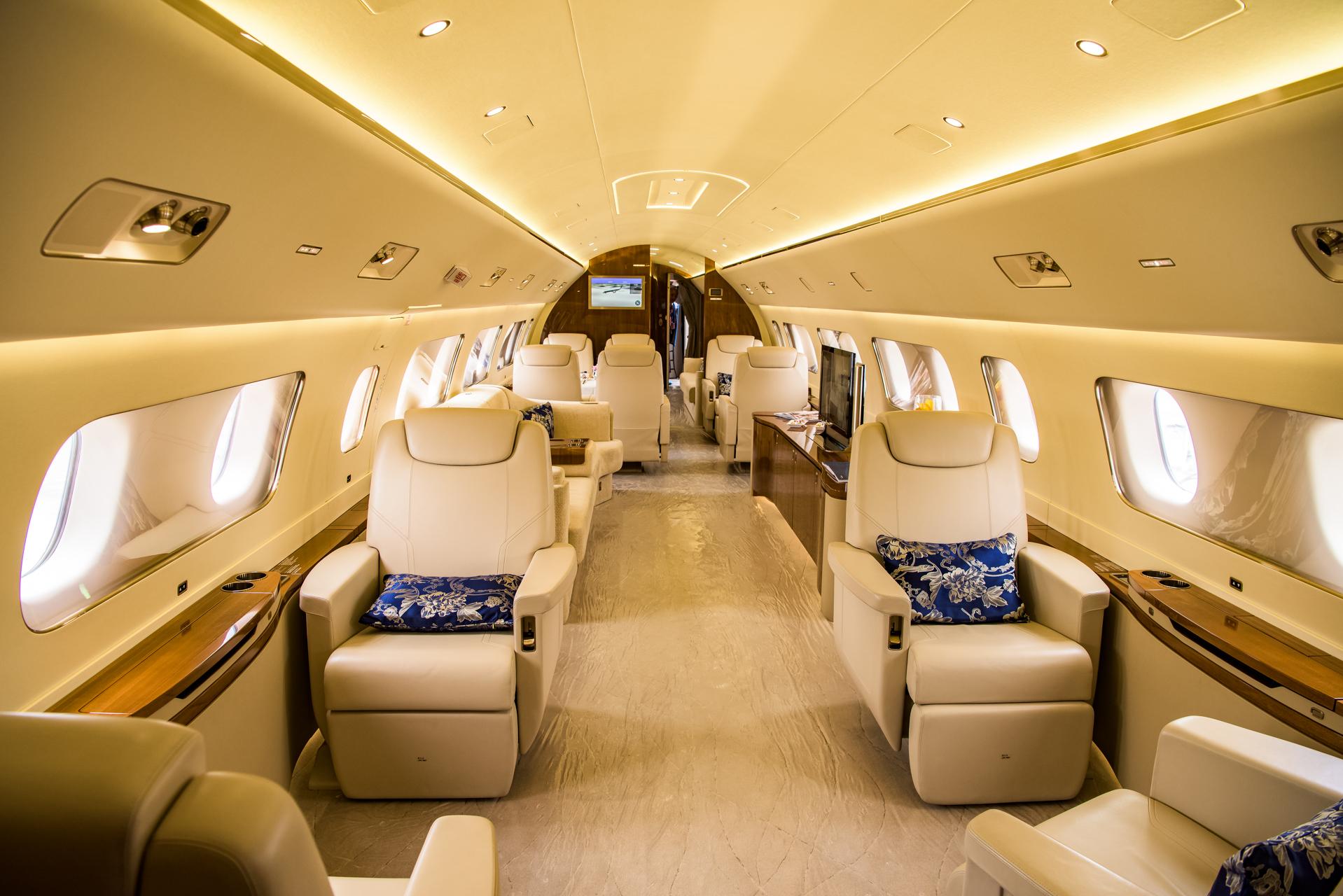 """现在,让我们把目光转向湾流G650ER,这架应该是本届展会上拥有最高飞行速度的公务机了,最高速度可以达到0.925马赫,如果运气好遇上大顺风,说不定就能""""突破音速""""了。 大连万达董事长王健林和马云的私人飞机都是湾流的,不过都是湾流G550。湾流G650比湾流G550更大,航程更长,速度更快,技术也更新。 湾流G650ER的客舱可以选择12个预定义方案和自定义选项供用户控制他们的环境——无论是私人包厢还是大型的会议空间。标准功能还配备了数字音频和视频设备,2"""