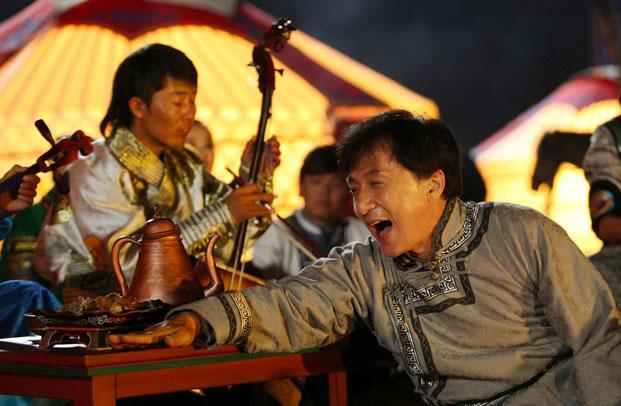 《绝地逃亡》里的赵文瑄和曾志伟,因此也扎扎实实打了一场酱油.