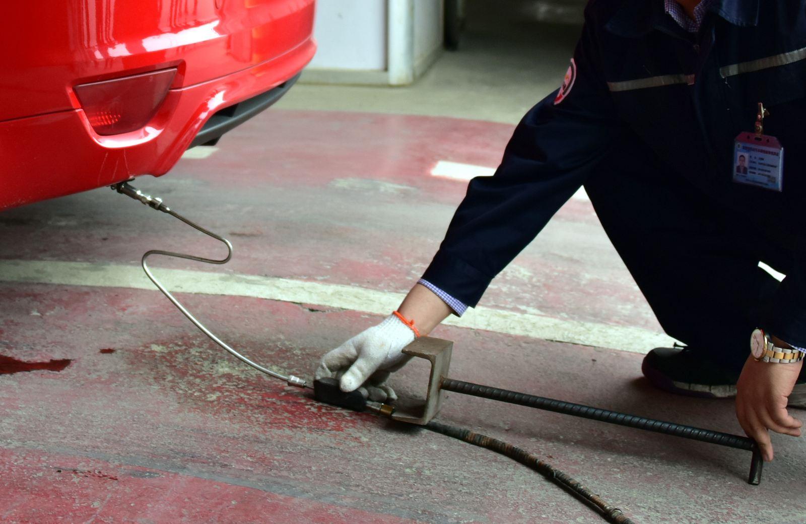 长期以来汽车排放检测市场十分混乱,检测数据造假严重.摄影/章轲