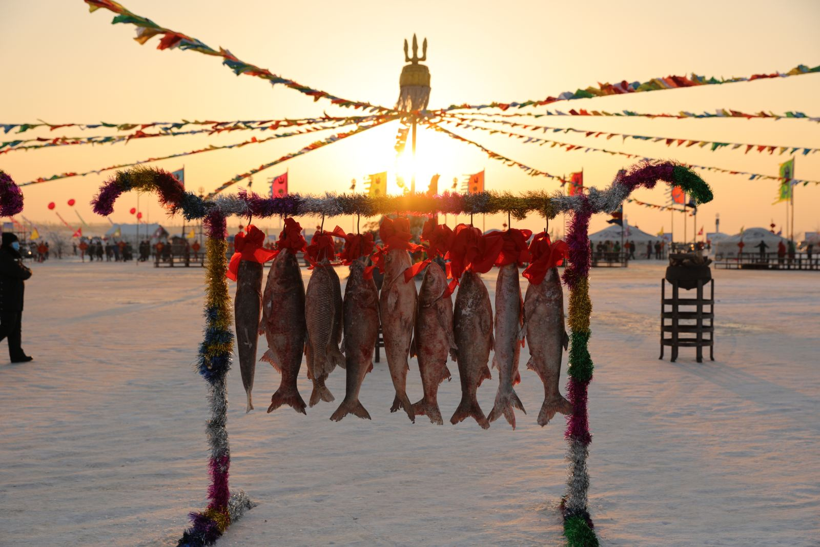 为传承这一古老的捕鱼方式,拉动旅游经济发展,查干湖旅游开发区每年