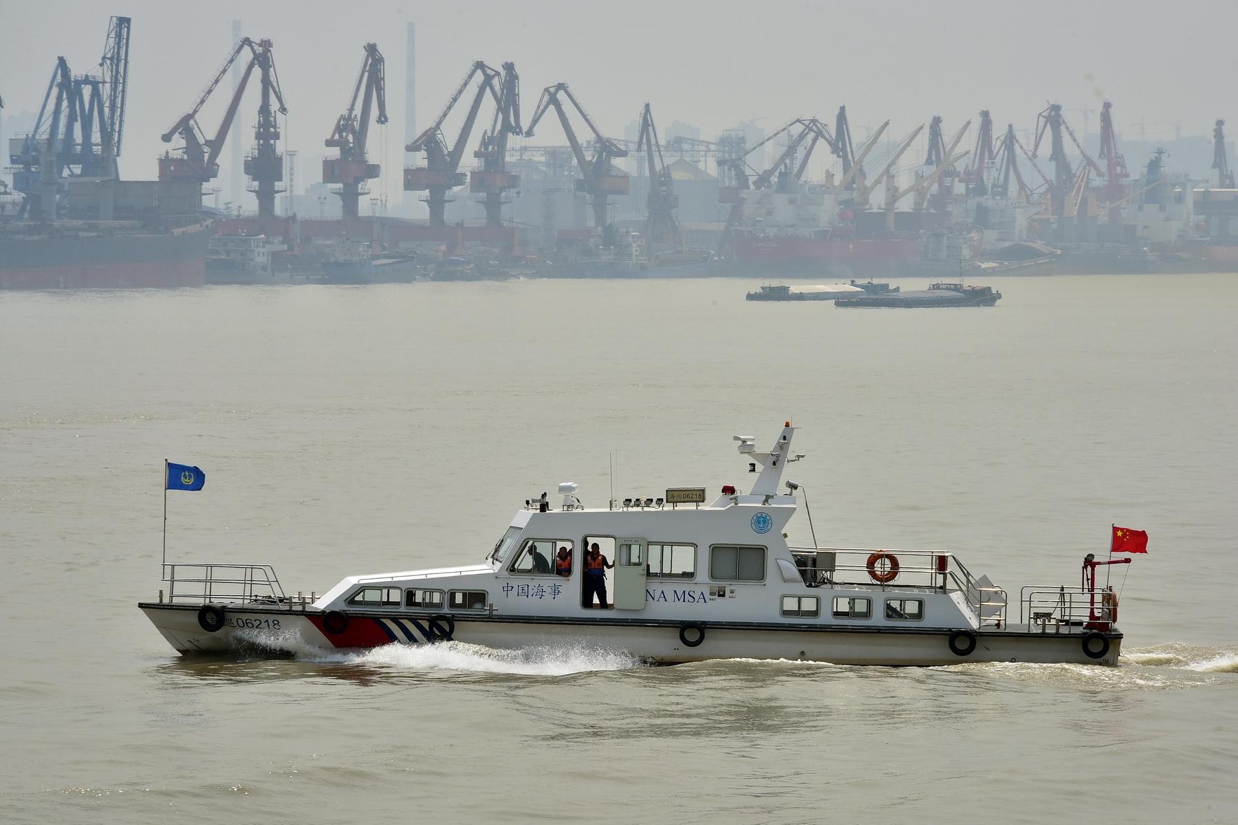 江苏海事局负责江苏省11个设区市的对外开放水域海事监管,主要管辖长