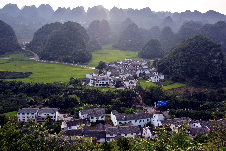 贵州兴义市万峰林是中国西南三大喀斯特地貌之一,堪称中国锥状喀斯特