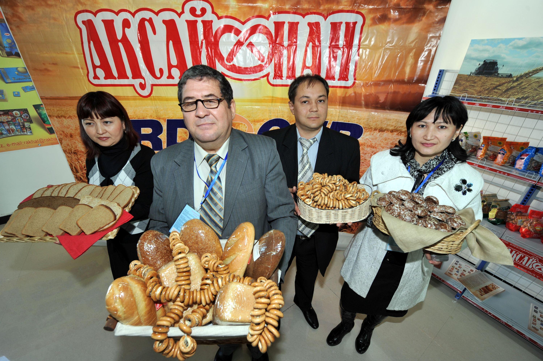 哈薩克斯坦最大的食品制造商展示商品。攝影/章軻