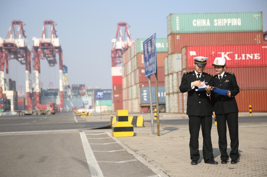 2017年1月13日,青島黃島海關關員在青島前灣保稅港區對進口集裝箱進行監管