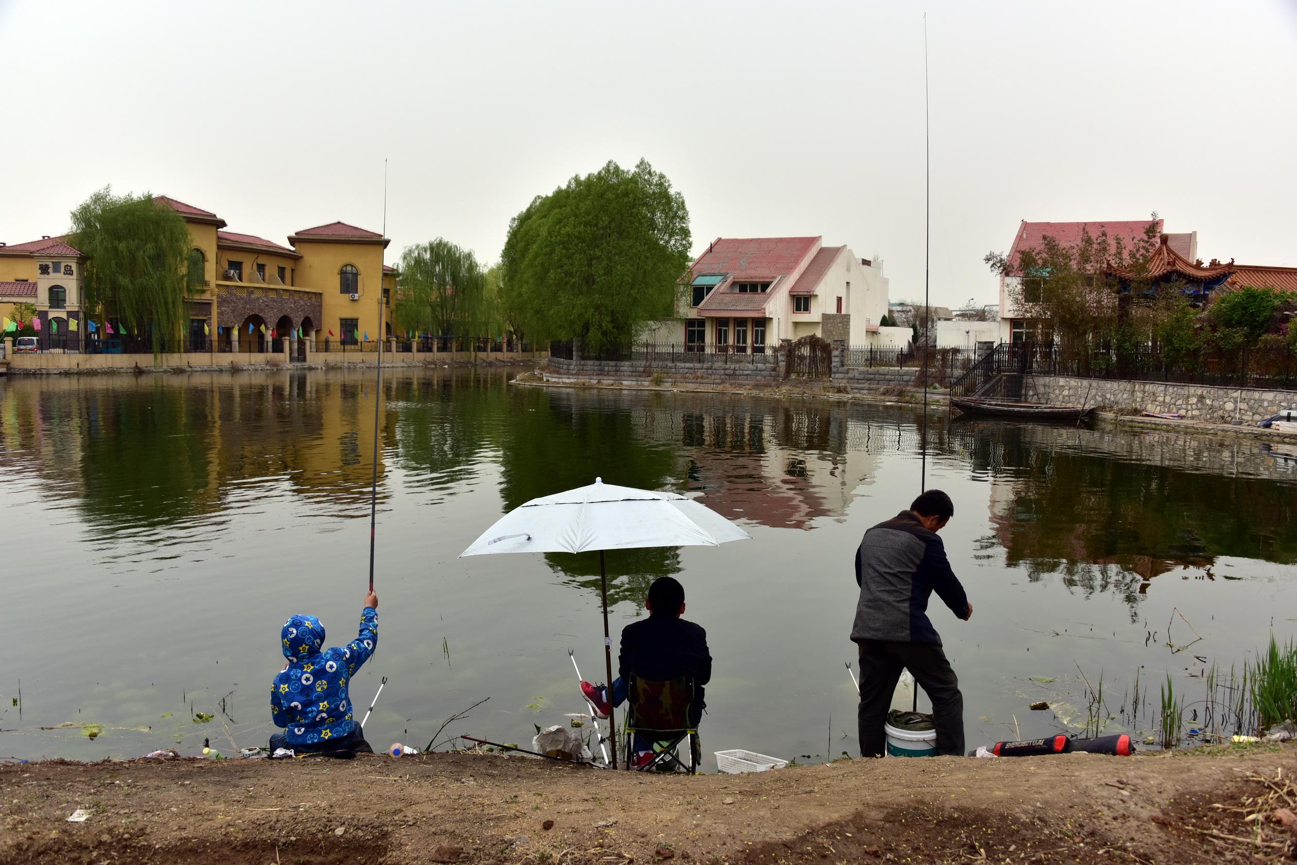 4月9日,雄縣當地人在垂釣。攝影/章軻